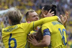 Zlatan Ibrahimovic hade inte sin bästa kväll. Det hade inte resten av det svenska laget heller men räddades till slut av ett självmål från Ciaran Clark.