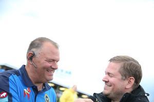 Stefan Bäckström hade intervjulåda nere i depån under regnprepareringen  av banan.