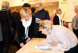 Josefine Sundström signerar sina Saga-sagor. Eva Wickberg köpte den om Fiffiga kroppen och finurliga knoppen.