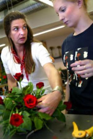 Blommans lutning är viktig men det gäller också att se helheten för att kunna skapa en rund uppsättning förklarar Tina Lei för Linnea Sahlberg.
