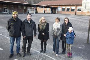 Föräldraföreningen i Håksberg har haft stora förhoppningar på att Håksbergsskolan ska omvandlas till friskola. Från vänster Niclas Gudmundsson, Mattias Pettersson, Madeleine Magnusson, Karolina Gunnteg och Camilla Toth med dottern Alicia Lenert.