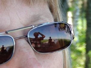 En vacker sommardag speglar sig i solglasögonen.