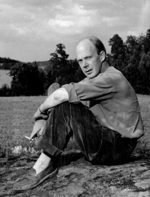 Poeten Gunnar Ekelöf på sitt sommarställe Hölö 1951.