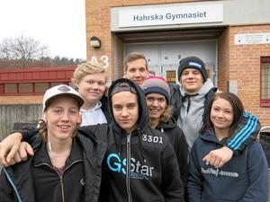Byggelever som gillar flytten. Från vänster Hampus Olofsson, Casper Krapping, Linus Persson, Tobias Hellström, Dennis Kaski, Anton Persson och Emmy Andersson.