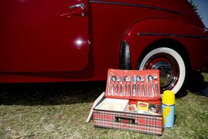 picknick. När det är fikadags kommer picknickväskan fram och den är, som allt annat, från 50-60-talet.
