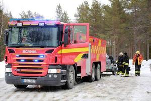 Räddningstjänsten från Hede inklusive ambulans larmades till Ransundet då en kvinna hamnat under ett träd.