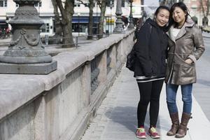 Kläder efter väder. Paramaporn Anawatsiriwong, Örebro, till vänster, köper kläder för cirka 5 000 kronor om året. Hon handlar kläder efter väder, och det blir mest på vintern. Qian Chen från Örebro lägger cirka 24 000 kronor om året på kläder. Det blir mest träningskläder och hon köper nytt varje säsong.