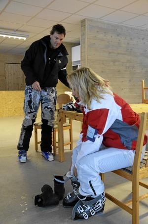 Byter om. Thomas och Carina Gyllin sätter på sig slalompjäxor i den nya värmestugan i Kvarntorp. För dem var det premiär.
