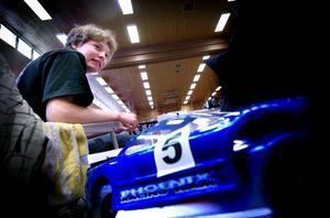 Ung förare. Det blir mycket skruvande på bilarna under en tävling. Eric Stenberg, 14, har kört radiostyrd bil i fem år.