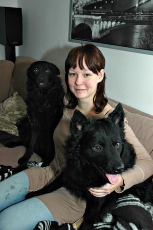 """Terese Jonsson har hundarna Gordon och Manti. Hon är orolig för att raketer och smällare ska skrämma hundarna nu i nyårstider. """"Jag hoppas att folk respekterar de ordningsföreskrifter som finns"""", säger hon och uppmanar nyårsfirare att ta det lugnt med smällare bland djur."""