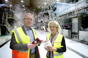 November 2013: marknadschefen Rolf Johannesson och fabrikschefen Kristina Enander visar upp ett par exempel på vad Ortvikens nya förpackningspapper kan användas till.