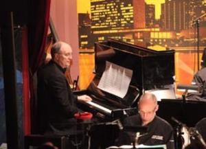 Lars Jansson leder High Coast Jazz Orchestra i sin egen musik och spelar även piano med bandet.