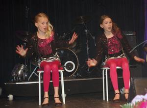 Wilma Björkman och Maja Stefansson bjöd på ett svängigt sång- och dansnummer i låten Starships.