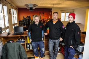 Fritidskonsulenten Patrik Vestin i Bredbyn tillsammans med ungdomarna Max Eriksson och Erik Sjöberg. Planer finns också på att bjuda in pensionärer och äldre arbetslösa unga dagtid.