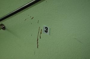 Blod. Trappuppgången och entrén har många blodspår efter knivskärningen.