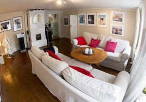 Det luftiga vardagsrummet är ett av de äldsta rummen i lägenheten.