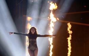 Armeniens Iveta Mukuchyan framför bidraget Love Wave.