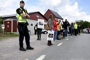 Lugnt. Demonstrationen gick lugnt till och polisens främsta uppgift blev att se till så ingen blev påkörd av trafiken.