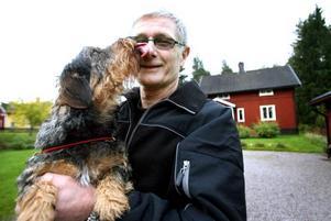 STÖRS INTE. Järvstabon Leif Andersson med taxen Sune trivs med grannar. Men han är lite orolig för att han själv stör grannarna när han renoverar en Chevrolet.