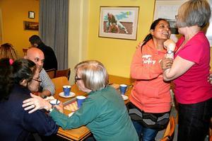 Vad roligt att se dig! När folk kommer till Ängebykyrkan möts de alla av välkomnande händer och famnar. Till höger är det Cathrine Alexander från Pakistan som hälsar på Lena Olander.