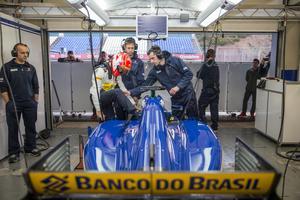 Felipe Nasr klättrar ned i Sauberbilen.