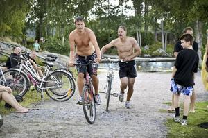 Högt tempo. Daniel Medin och Patrik Hertzman ger sig iväg på cykeldelen av triathlonstafetten.