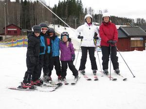Olyckan avskräcker inte Lucas Jederyd, Jesper Jederyd, Emil Winter, Amanda Winter, Lena Winter och Madelene Jederyd från att fortsätta åka i Kungsberget.