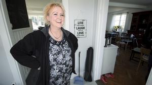 """Sussi Kalliga har gått från att ha varit ägare av Riddarhyttetvätten till att nu driva egen gårdsbutik med bärodling, pryl-shop och kafé. """"Hit ska man kunna komma för att bara få vara"""", säger hon."""