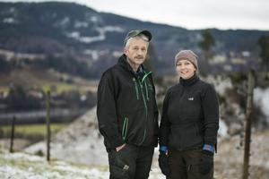Lars Edlund håller i hjortuppfödningen tillsammans med dottern Sara-Britta Edlund. Satsningen är i miljonklassen.
