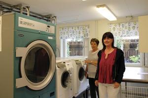 """Tvätt- och strykrummet har blivit kollektivets samlingspunkt, berättar Gun-Britt och Inger. """"Här träffar man alltid någon  eller några att prata med""""."""