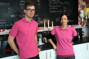 Christoffer Karlström och Tonje Blankenberg jobbar i serveringen. Där jobbar även Ulla Zimmerman Gustavsson och Mona Carlström, men som inte kom med på bild.