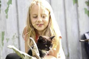 Tuva tillbringar mycket tid med katterna nu när hon har sommarlov.