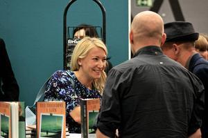 Att signera böcker är viktigt för kontakten med läsarna och intresset för Elin Olofssons nya roman var stort vid bokmässan i Göteborg.