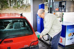 Arne Langborn gör en av sina sista tankningar i Harmånger.. 2008 försvann butik och personal. Nu avlägsnas återstoden, två automatpumpar med 95 -oktan, E85 och diesel.
