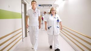 På språng. Håkan Carlsson, kardiolog, och Sonja Westerberg, sektionsledande sjuksköterska, arbetar bägge på akuten. De trivs med sitt nya arbetssätt.