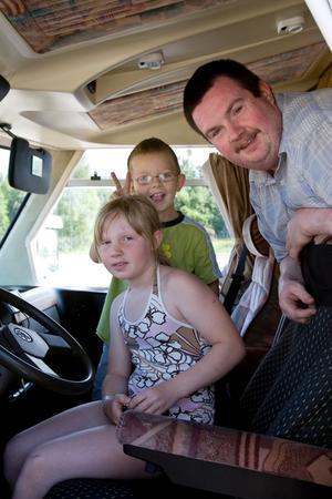 Line, Erik och Ulf Johansson är mobila under semestern, men nöjer sig med att hålla sig inom landets gränser.