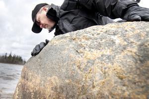 oljespanare. Jens Gagge, biträdande säkerhetschef på Gävle kommun, inspekterade om det fanns några oljefläckar på stenarna.