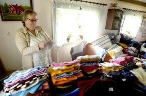 Hemstickat. I väntan på nya kunder passade Solbritt Ökvist från Örebro på att fylla på lagret. I år var för tredje året som hon fanns på plats med sina vävda mattor och stickade tröjor.