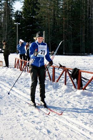 Bästa dam, Katarina Nybäck-Rönnbacka, kommer in i skidstadion för att varva.