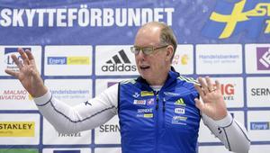 Förbundskapten Wolfgang Pichler vid skidskytteförbundets pressträff på Bromma flygplats på tisdagen med anledning av säsongsstarten. Han har långsiktiga mål – OS 2018 och VM i Östersund 2019, men ser starten nu som något positivt: