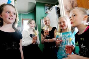 Det driftiga tjejgänget består av från vänster Emmie Mårtensson , Malin Mikaelsson, Jennifer Jönsson och Ida Olofsson. Här med en elegant fördrink i händerna.