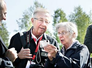 Fotografikonen Charles Hammarsten från Svensk Damtidning tog sig tid att hjälpa Anna Johnsson att få bukt med svåra inställningar på kameran.