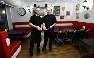 Danny Fortier och Kristoffer Bergström har jobbat ihop på olika restauranger i åtta år som anställda . För ett drygt år sedan startade de Flavors i Njurundabommen och nu ska de bygga ut för att få fler sittplatser.