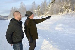 Niklas Wikholm och Jan Winroth visar var de vill bygga den nya bensinmacken i Holm.