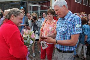 Blommor och yxa överlämnades av kommunalråden Monica Olsson och Stig Eng