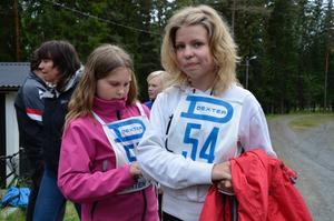 Förstagångslöparen Maja Gustavsson från Löa hjälpte kompisen och andragångslöparen Ninni Ahlén med nummerlappen.