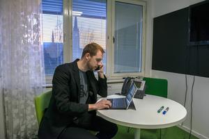 Det blir få timmar vid skrivbord för Anders Härën. Mycket tid tillbringas i små konferensrum, på möten eller på resa.
