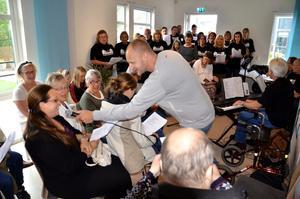 Sommaren är kort. Anders Edlund leder allsången på Kastanjen med kören Kastanjetterna och allsångsorkestern.