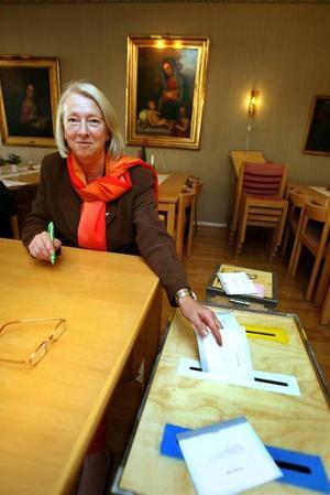 RÖSTSÄKRING. Valförrättare Marta Forsbring gör sitt jobb.