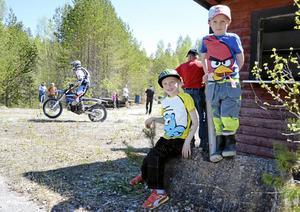 MC bröder. Sjuåriga Emil Norström och lillebror Max Norström, fem år, gillar motorcyklar. Efter fjolårets prova-på dag började både Emil och mamma och pappa att köra hoj.